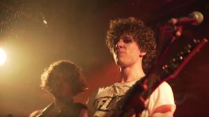 Video | Deze UvA-promovendus is bassist in een glammetalband
